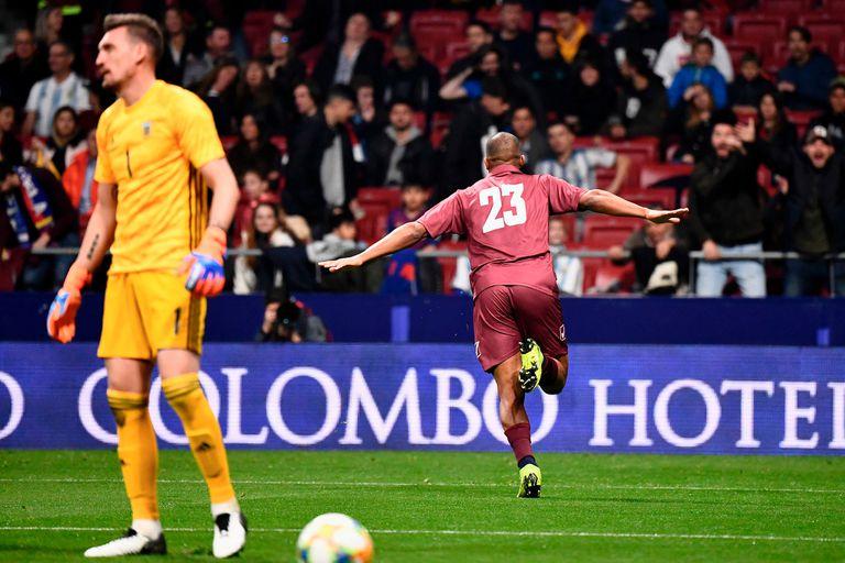 Rondón celebra su gol, el primero del partido: Venezuela le ganó a la Argentina en Madrid.