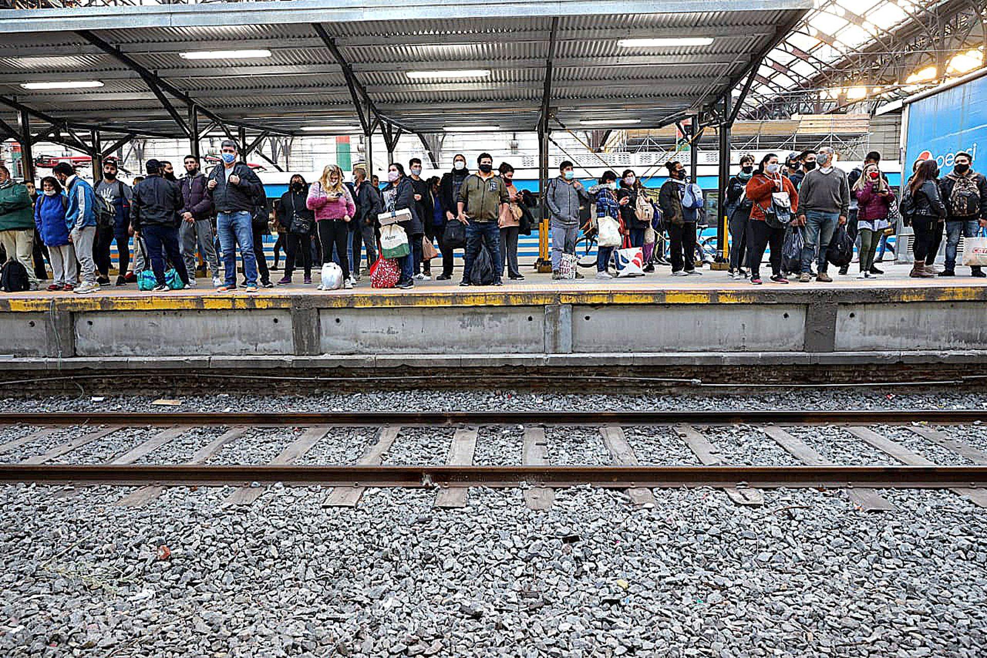 Caos y cierre de la estación Constitución por un piquete de trabajadores en las vías