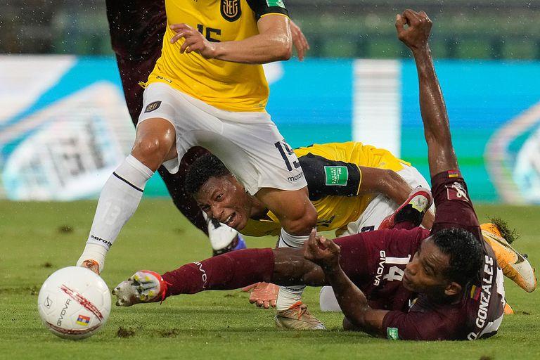 Gonzalo Plata, Oscar González y Angel Mena luchan por la pelota durante el partido de eliminatorias de la Copa del Mundo Qatar 2022 que disputan Venezuela y Ecuador.