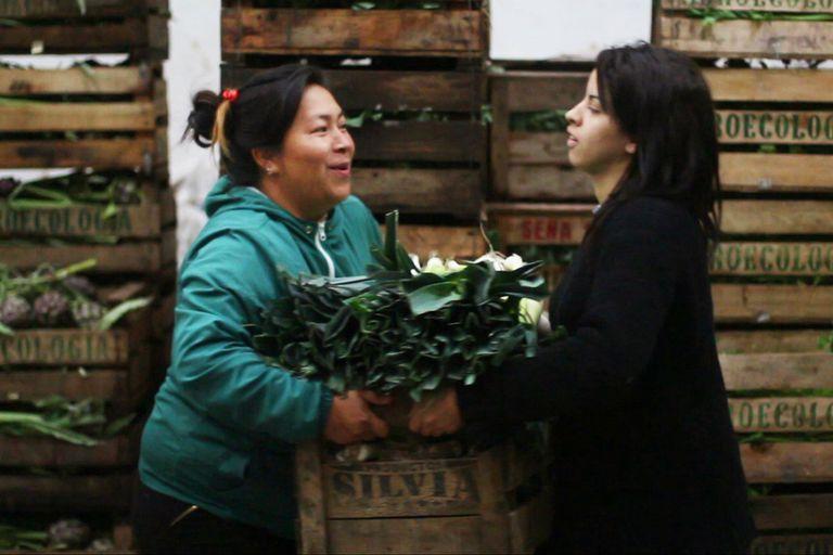 En la feria para la venta minorista se destacan: tomate agroecológico a $25 por kilo; lechuga agroecológica a $35 por kilo; harina 0000 a $35 por kilo, y queso cremoso a $220 por kilo