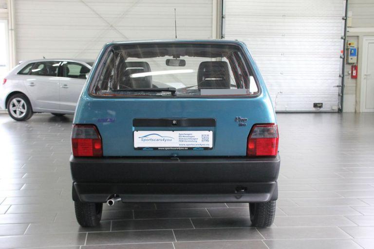 El vehículo es de color azul marino metalizado, con apenas 900 kilómetros en el odómetro