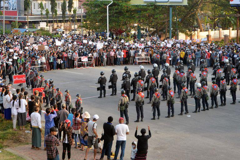 Las protestas en Naipyidó, en donde sigue la huelga, y las autoridades amenazan con represalias