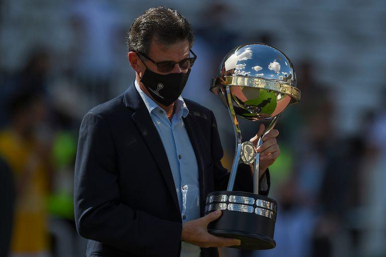 Mario Kempes fue el encargado de ingresar el trofeo al estado que lleva su nombre en Córdoba