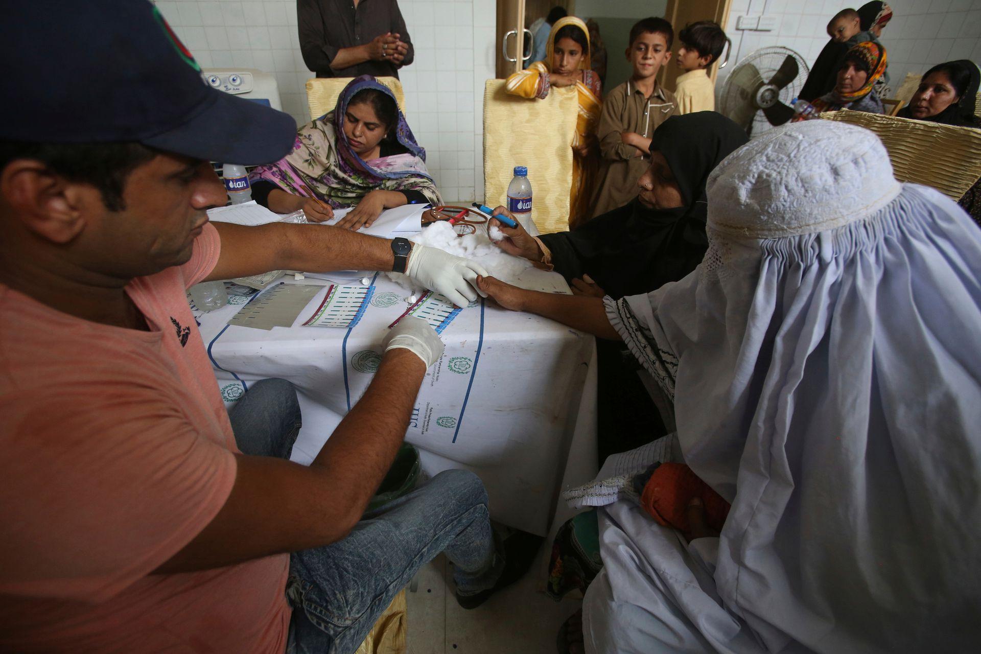 Un médico realiza tests de VIH a los aldeanos en un hospital cerca de Ratodero, un pequeño pueblo en la provincia sureña de Sindh en Pakistán, donde se produjo el brote de VIH