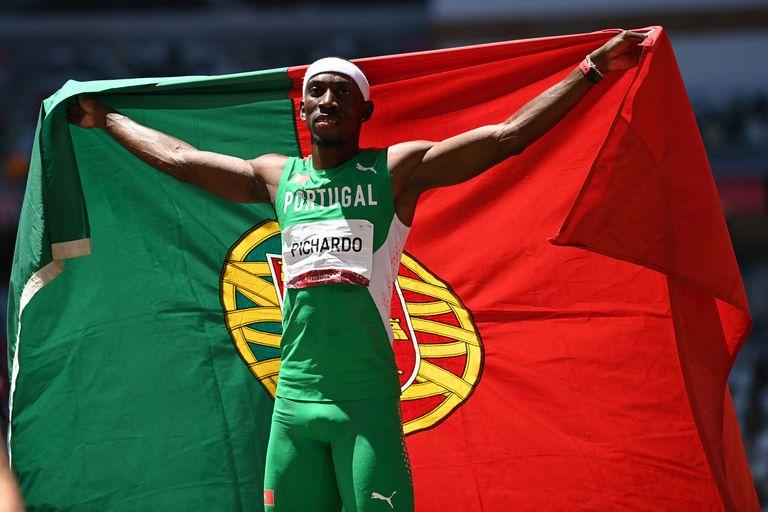 Pedro Pablo Pichardo celebra con la bandera de Portugal, país al que le dio el primer triunfo olímpico en Tokio 2020.