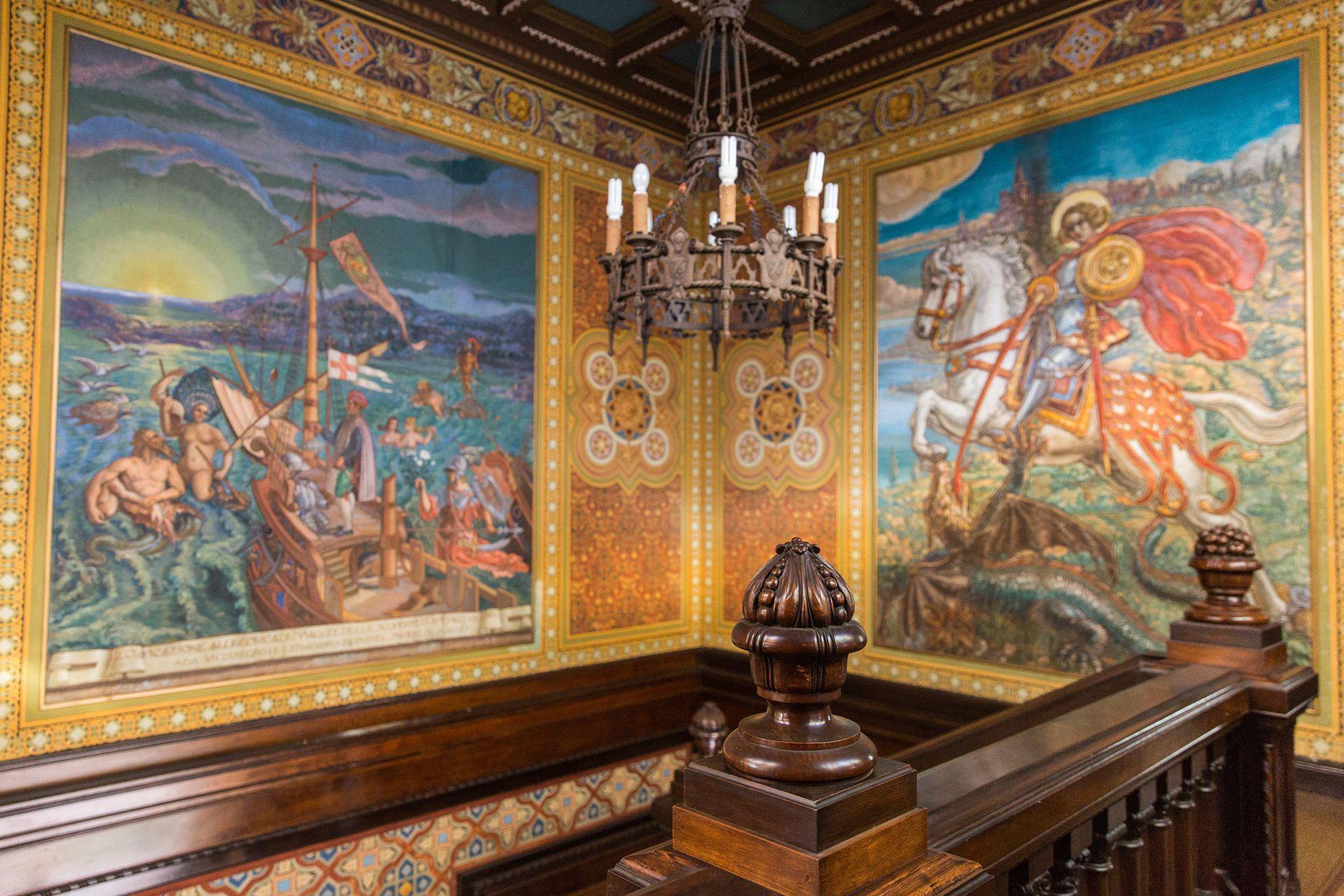 Los frescos de Enrico Albertazzi decoran la subida de la gran escalera de acceso.