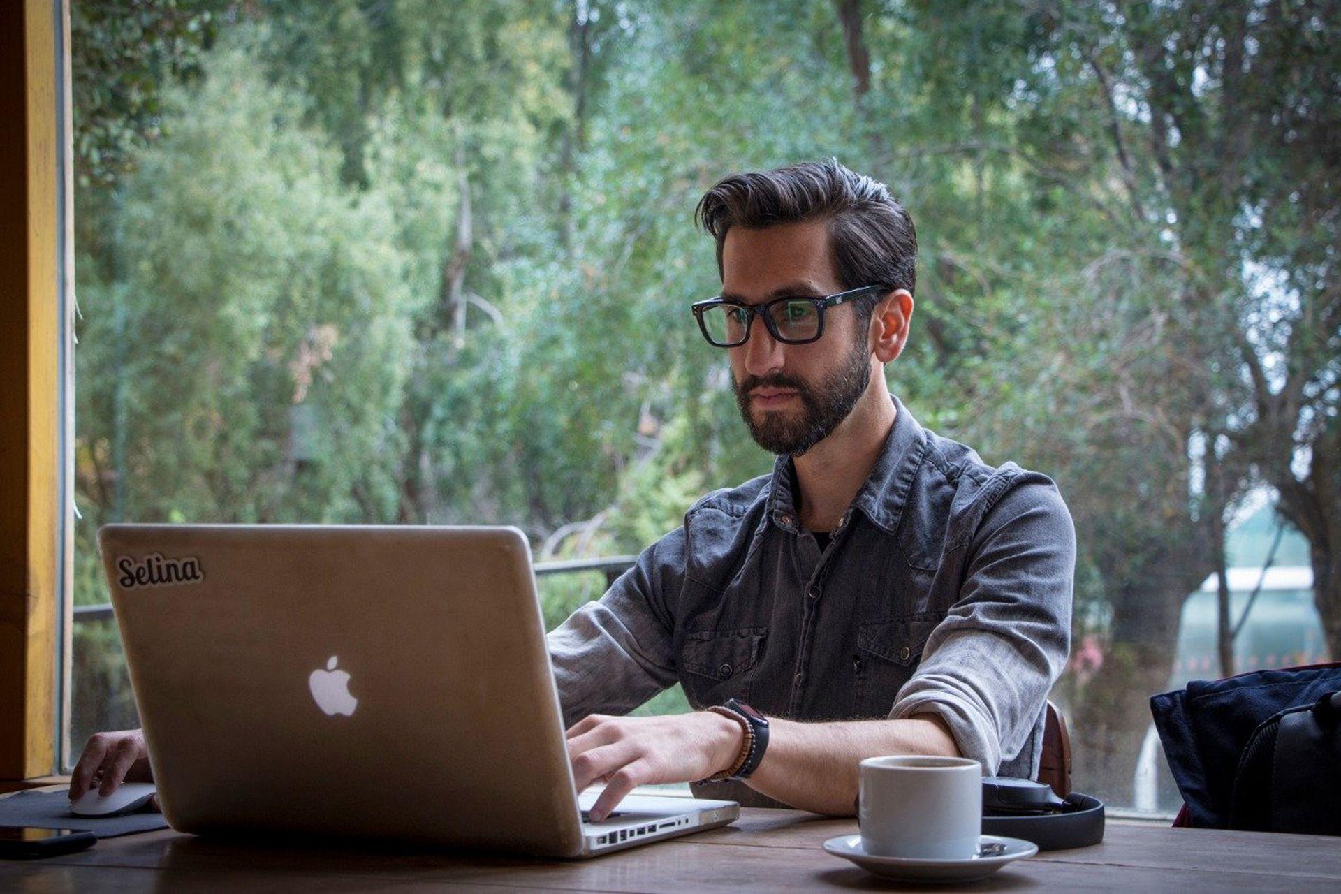 Leandro German se instaló en Bariloche desde donde trabaja para una cartera de clientes mitad local y mitad extranjera.  (Gentileza Ariel Nicolás @awka.ph)
