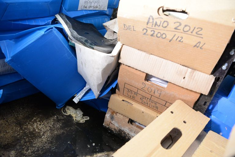 Las cajas mojadas contienen documentación de las áreas de Administración y Derechos Humanos.