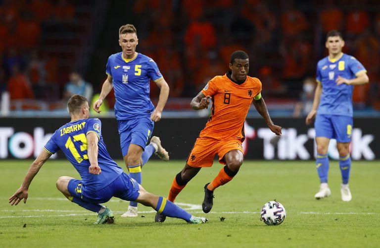 Georginio Wijnaldum de Holanda es desafiado por Illia Zabarnyi de Ucrania durante el partido del Grupo C del Campeonato de la UEFA Euro 2020 entre Holanda y Ucrania en el Johan Cruijff ArenA el 13 de junio de 2021 en Amsterdam, Holanda.