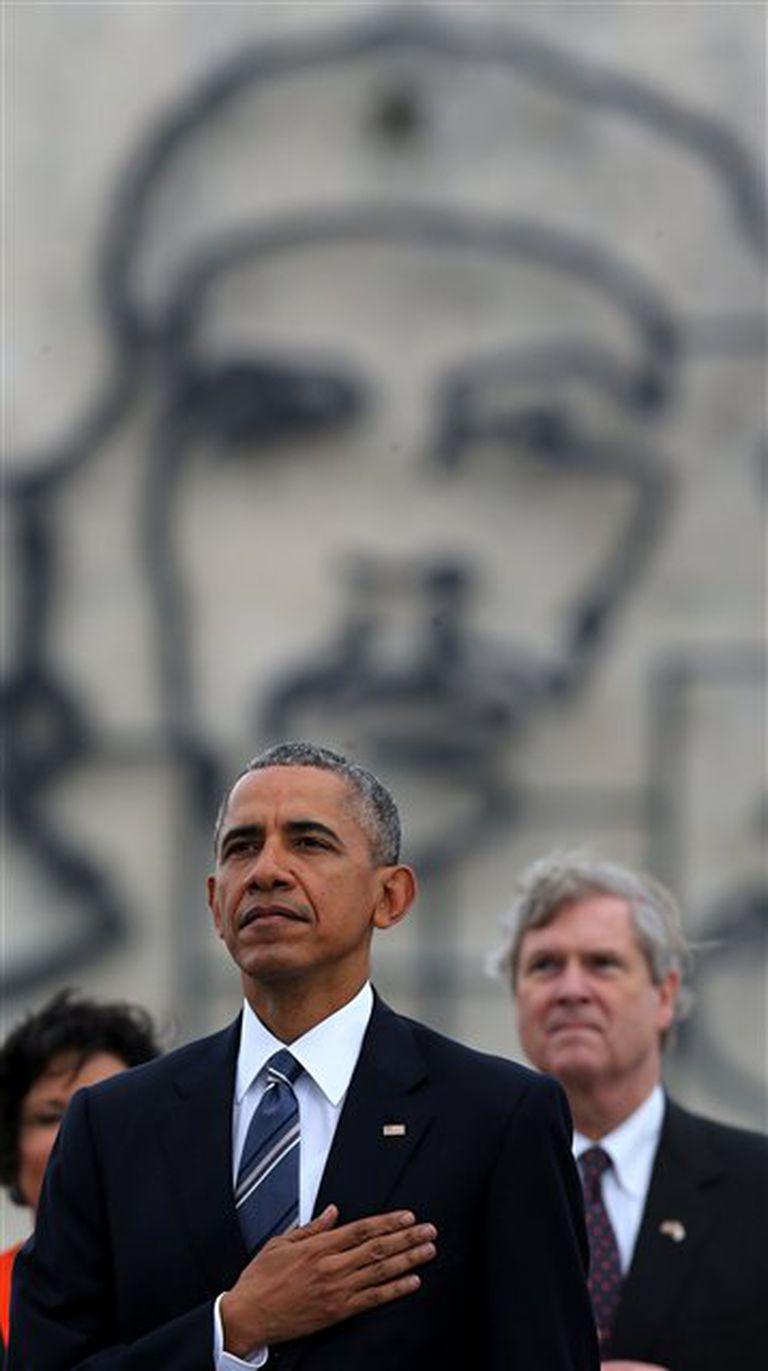Una foto para la historia: Obama, y de fondo, la imagen del Che