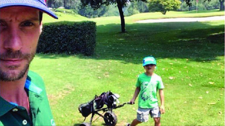 Sus hijos Silvestre y Alí están tomando clases de golf, además de acompañar a su padre cuando él juega.