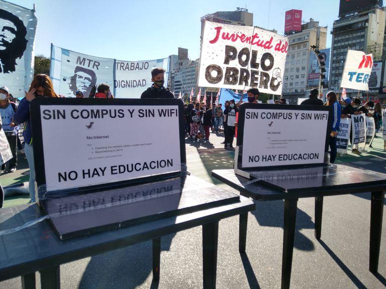 """Clases: los grupos piqueteros marchan en reclamo de """"conectividad"""""""