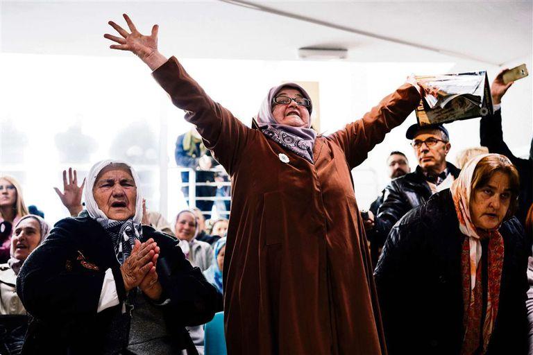 Mujeres bosnias festejan el fallo que condenó al general serbobosnio Mladic a cadena perpetua en 2017