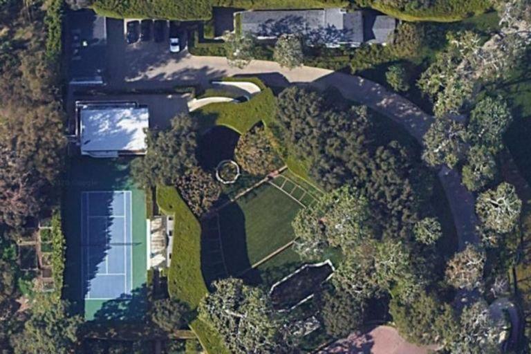 La residencia tiene un área de 13 mil metros cuadrados. Esta es la vista desde Google Maps.