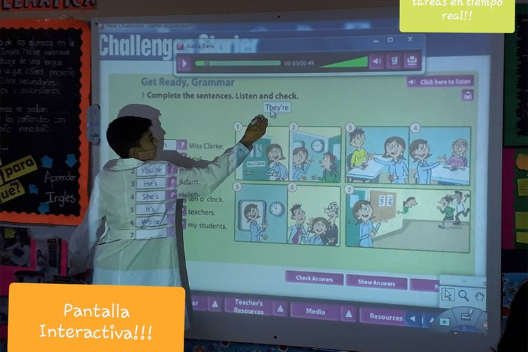 En Santiago del Estero, Carolina Muñoz cambió la dinámica de las clases con un proyector y una pantalla interactiva; ahora, a la distancia, la pandemia de coronavirus la obligó a agudizar aún más el ingenio