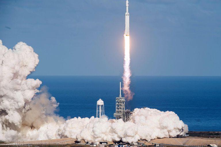 Es el cohete más poderoso de los que están en funcionamiento; dejó un auto en órbita