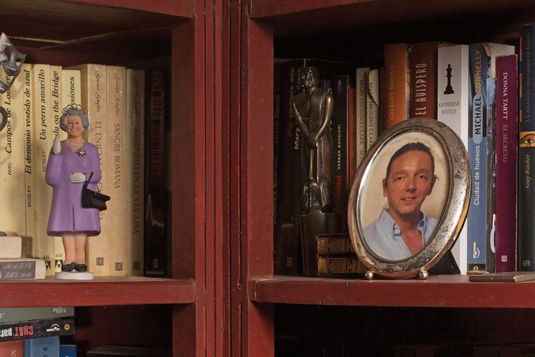 Algunos de los premios que recibió a lo largo de su vida junto a una figura de la reina Isabel II, que salió a la venta por su cumpleaños número 90.
