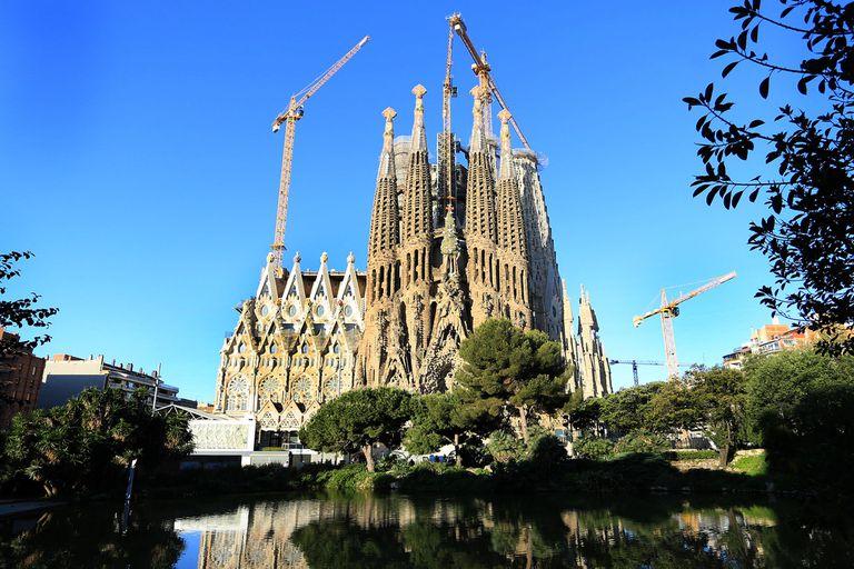 Por el coronavirus, la obra se detuvo en la famosa basílica de Barcelona: con la caída de visitantes la recaudación se redujo de cien millones a 17 millones este año; si bien no podrá estar terminada para 2026, la próxima meta es una gran torre, para 2021