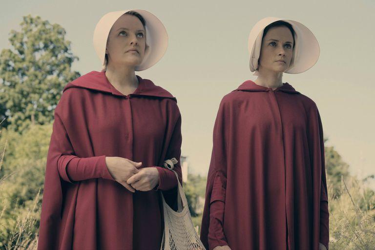 Elisabeth Moss es Defred y Alexis Bledel, Deglen, dos de las criadas, esclavas reproductoras en la República de Gilead que imaginó Atwood