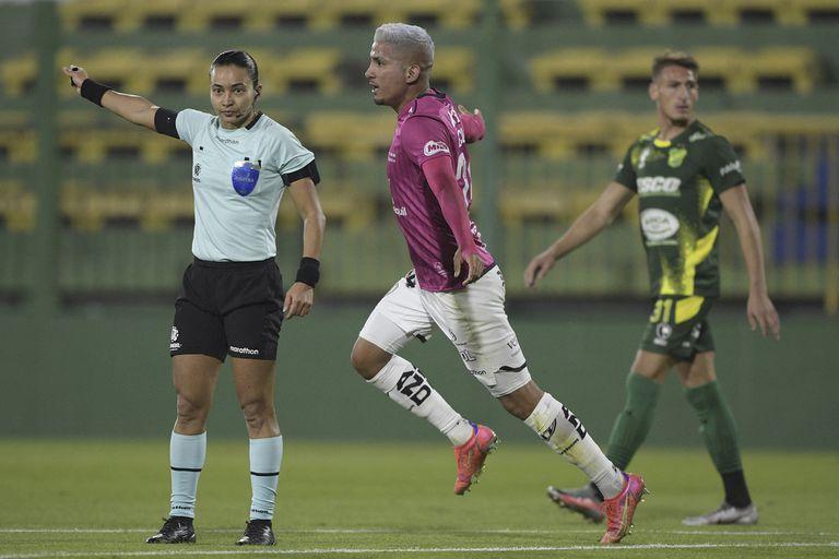 Alves señala la mitad del campo y Escobar celebra el gol de Independiente del Valle