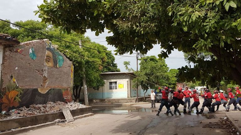 """Cómo es la tarea de los """"topos"""", los héroes anónimos en las tragedias mexicanas"""