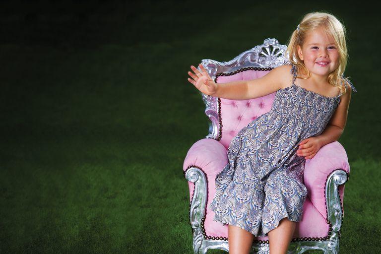 """Una imagen de cuando era chiquita, con un trono """"a escala""""."""