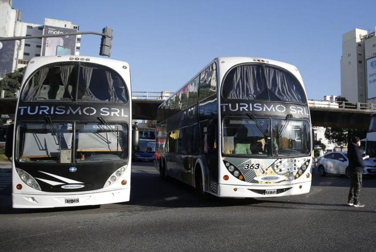 Operadores de empresas de turismo cortan con micros las avenidas 9 de Julio y San Juan.