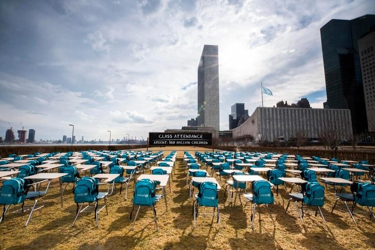 Una instalación de Unicef afuera del edificio de la ONU de Nueva York, en la que cada asiento representa a un millón de niños que viven en países donde las escuelas han estado cerradas por completo casi un año
