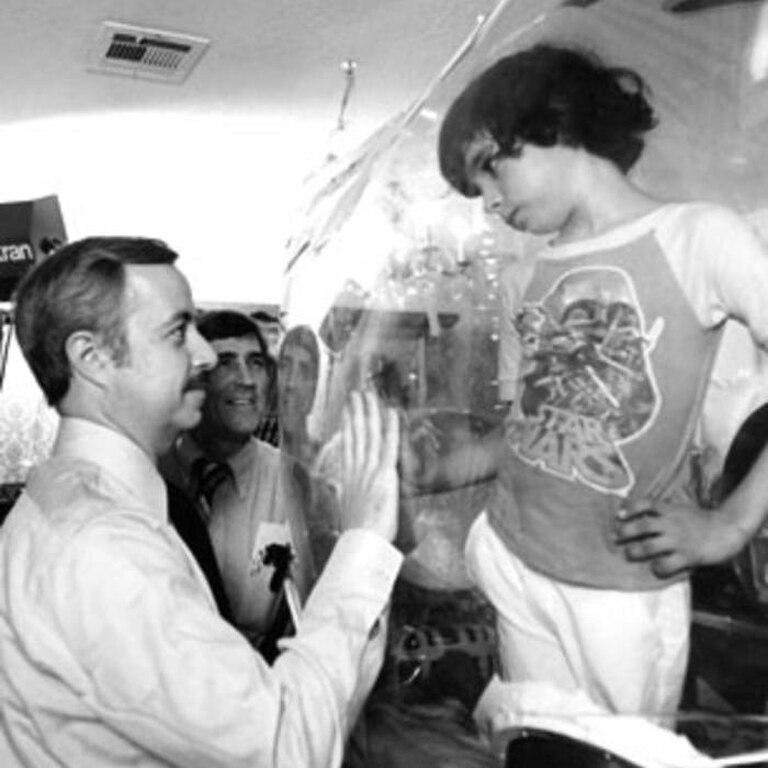 William Shearer, médico personal de David Vetter, visita a su joven paciente en 1979