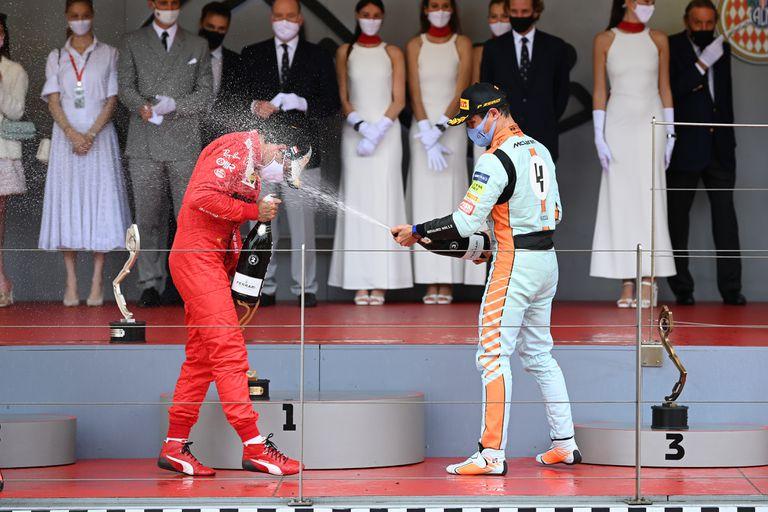 Rivales y amigos: Carlos Sainz Jr. y Lando Norris celebran en el podio durante el Gran Premio de Mónaco de Fórmula 1, el pasado 23 de mayo; el actual piloto de Ferrari fue su compañero y compinche durante dos temporadas en McLaren y juntos elevaron a la escudería al tercer puesto entre los Constructores