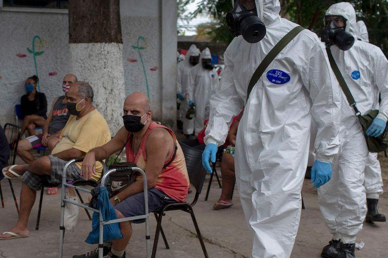 En una favela de Río, un operativo de desinfección