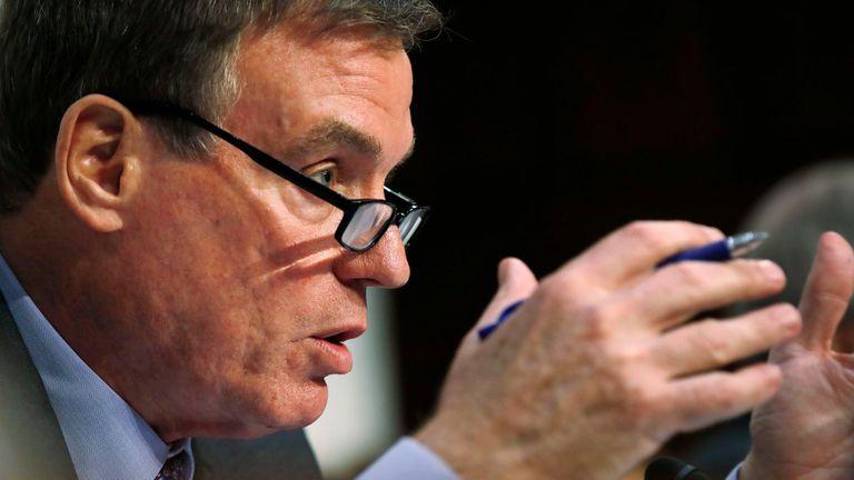 El senador demócrata Mark Warner tiene un proyecto de ley para obligar a compañías como Facebook a publicar quién compra propaganda, como lo hacen los canales de TV