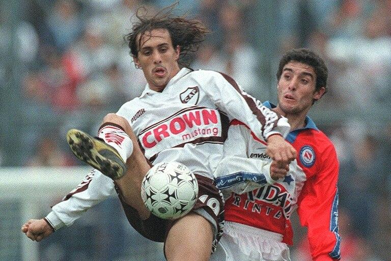 José Chatruc, de Platense, disputa la pelota con Diego Cogliandro, de Argentinos Juniors un partido por el Clausura 1999.