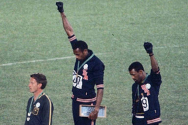 El icónico saludo de Smith y Carlos, en el podio de los 200m llanos de México 68; a su lado, el australiano Norman