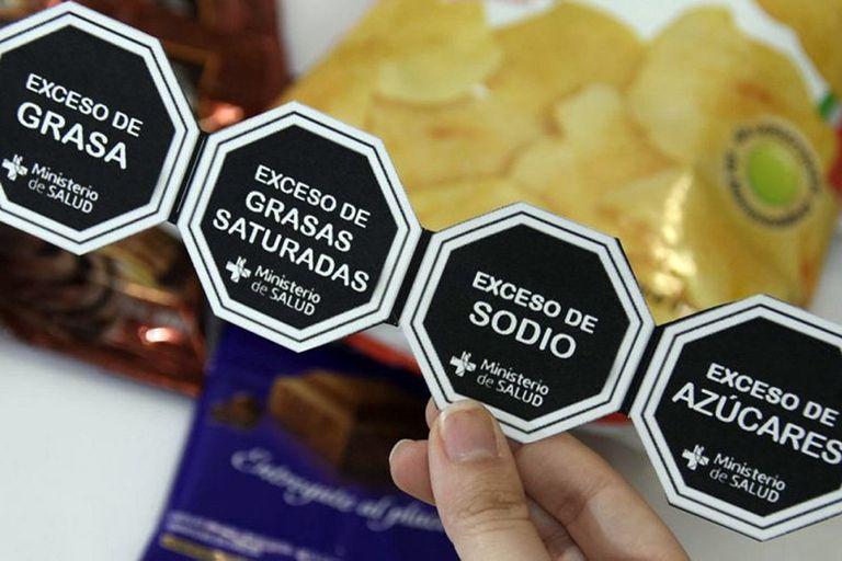 La iniciativa obliga a que los productos destaquen los excesos en materia de azúcares, sodio, grasas y calorías; la industria tucumana rechaza la norma