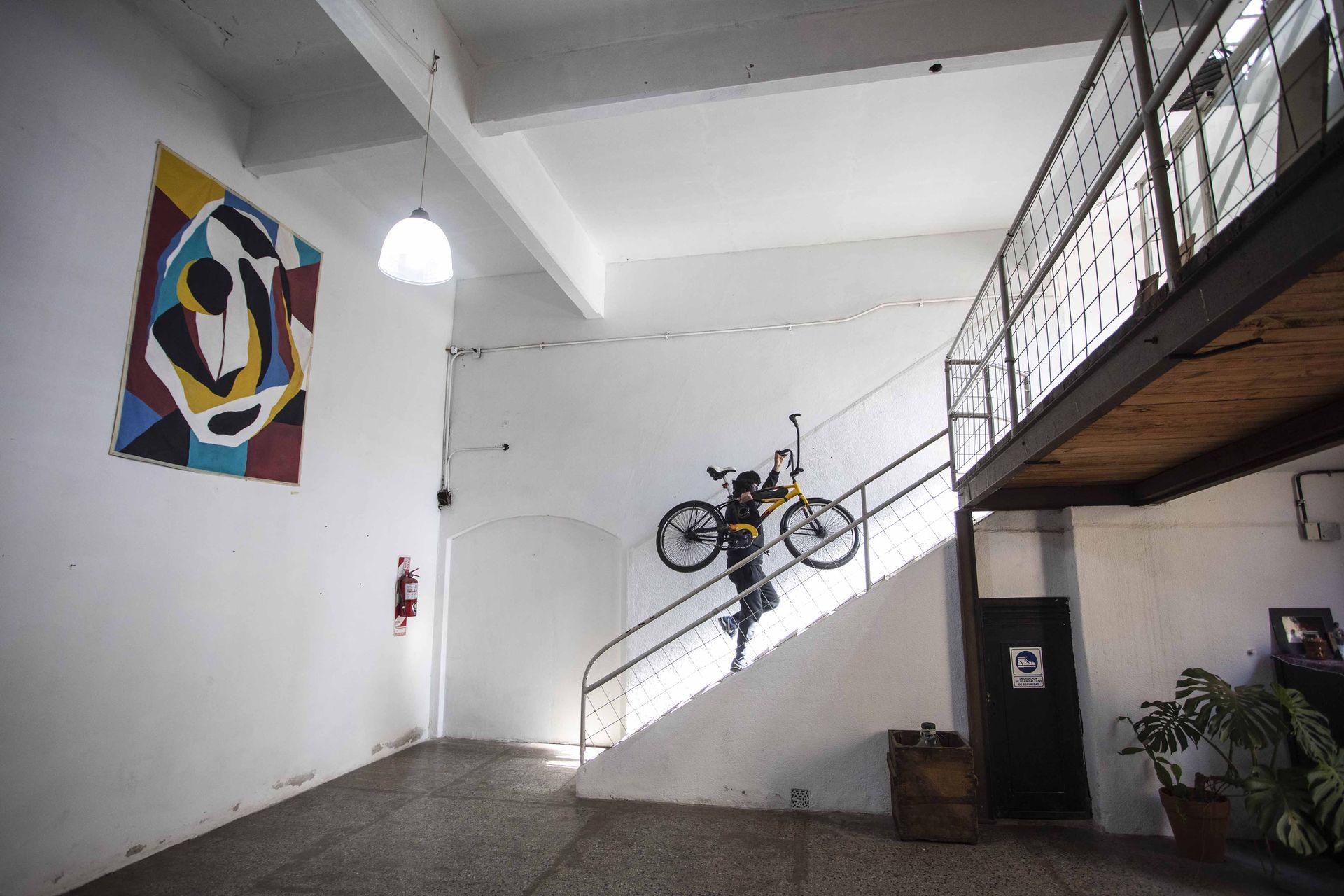 Dame Morales, muralista y graffitero, en los espacios comunes de Deofi Estudio