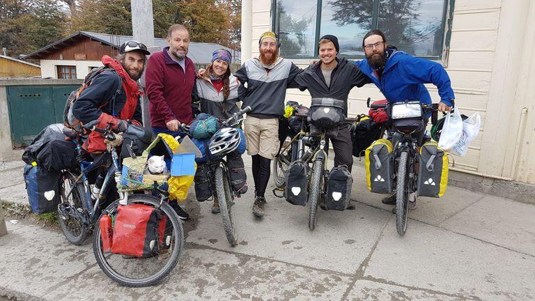 Hace un año, Emilio con los ciclistas que visitaban La Unión camino a Ushuaia