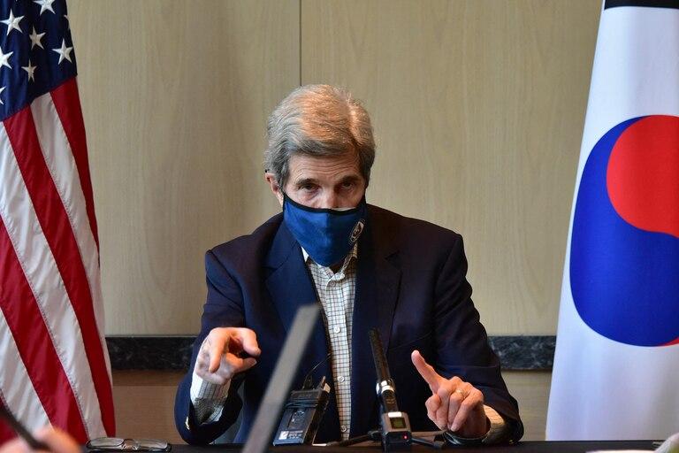 Esta foto tomada el 18 de abril de 2021 y proporcionada por la embajada de Estados Unidos en Seúl muestra al Enviado Presidencial Especial de Estados Unidos para el Clima, John Kerry, hablando durante una conferencia