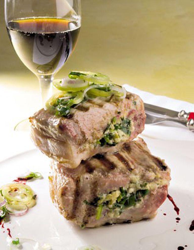 Carré de cerdo relleno con cebolla e verdeo y queso gruyere