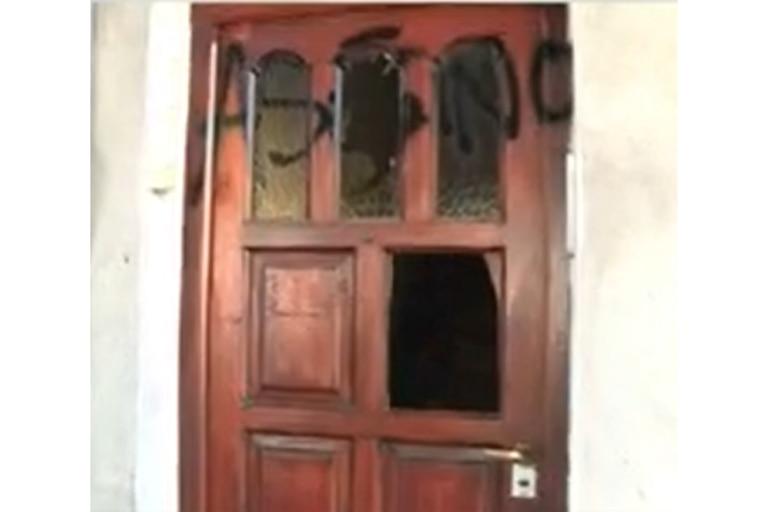 Los vecinos vandalizaron la puerta del asesino del perro