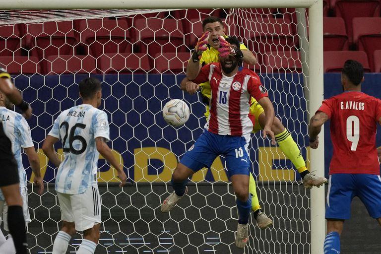 Emiliano Martínez pelea por una pelota aérea con Alberto Espinola, en uno de los tantos intentos de Paraguay