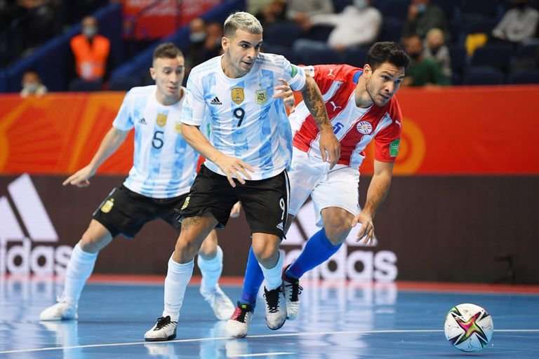 Borruto, autor de uno de los 6 goles, se perfila para patear