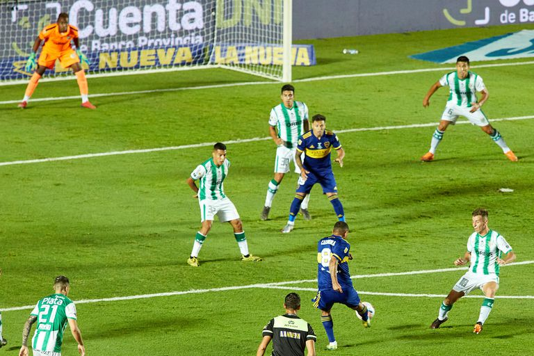Golazo de Edwin Cardona durante el partido entre Boca y Banfield por la final de la Copa Diego Maradona.