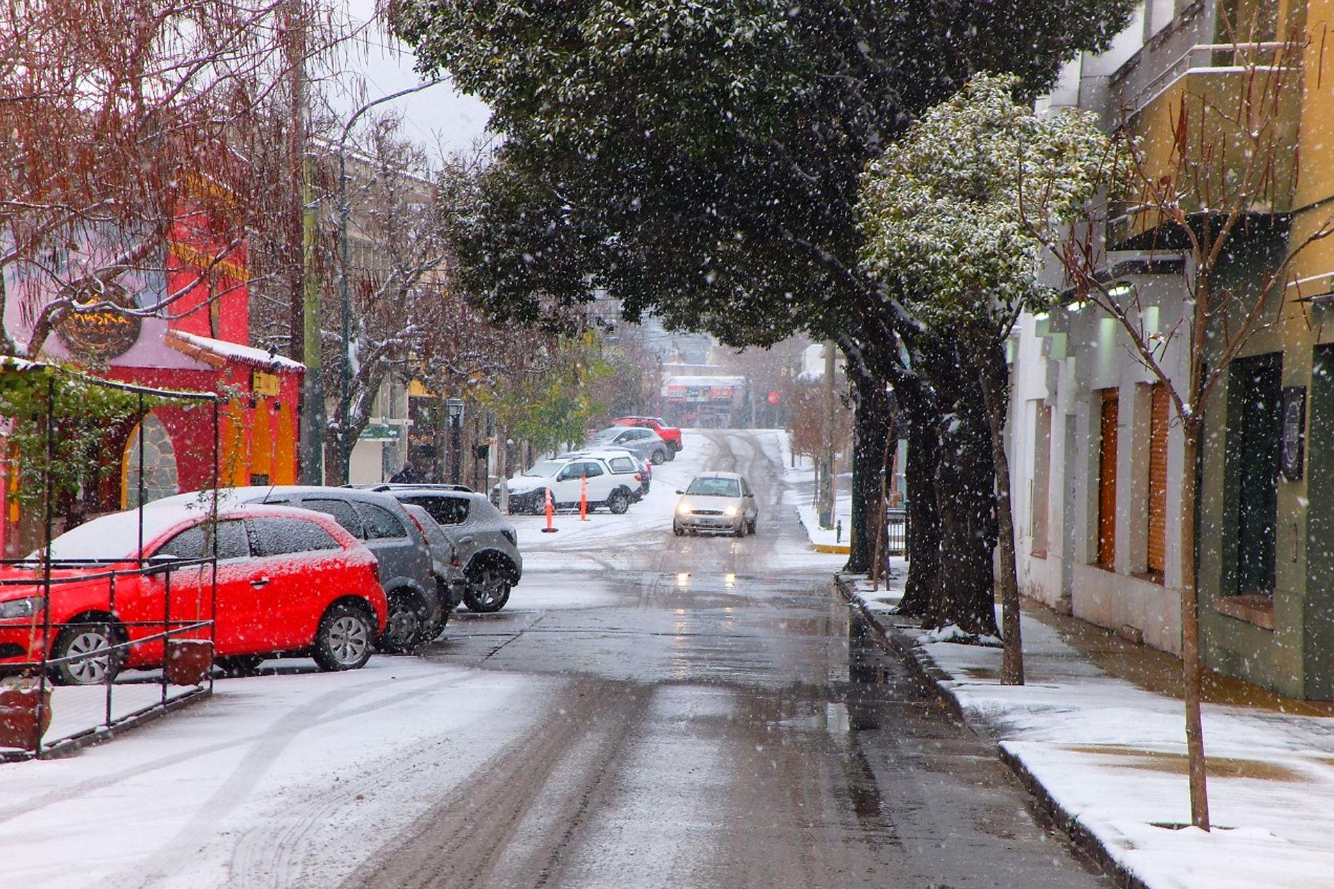 Las calles de La Cumbre casi sin movimiento y con las calles cubiertas de nieve