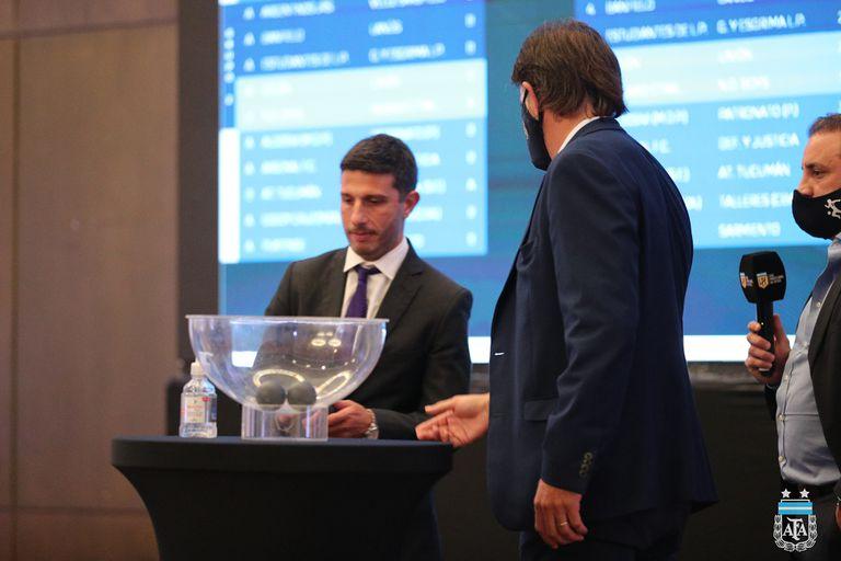 Uno a uno, los dirigentes de los clubes de primera se acercaron al copón principal para participar del sorteo, que no tuvo transmisión en vivo.