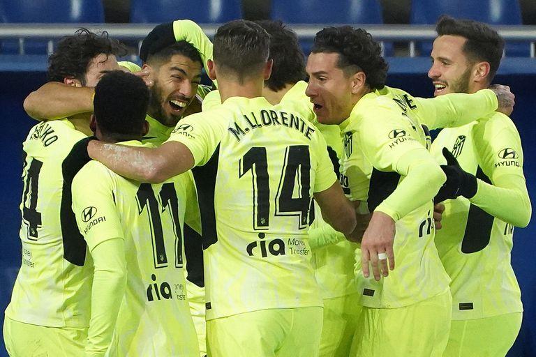 Héroe otra vez. Simeone festejó gracias a un gol de Luis Suárez en el final