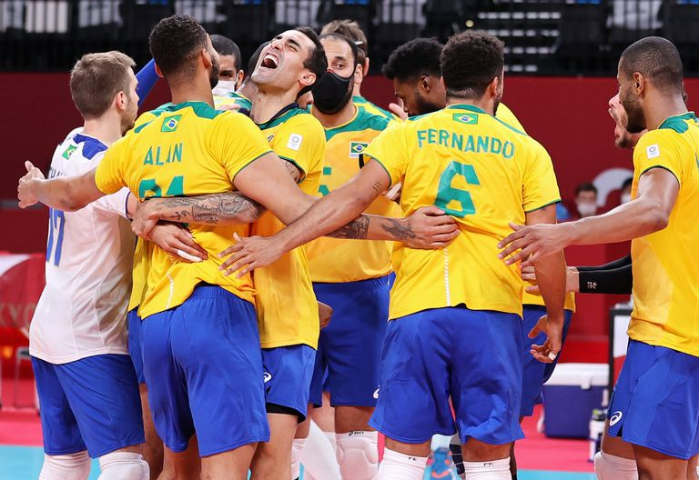 TOKIO, JAPÓN - 26 DE JULIO: Los jugadores del Equipo Brasil celebran derrotar al Equipo Argentina durante la Ronda Preliminar Masculina - Voleibol Grupo B en el tercer día de los Juegos Olímpicos de Tokio 2020 en Ariake Arena el 26 de julio de 2021 en Tokio, Japón. (Foto de Toru Hanai / Getty Images)