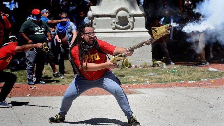 El ex candidato a diputado nacional santafesino Sebastián Romero, disparando un arma casera contras las fuerzas de Seguridad, en los alrededores del Congreso