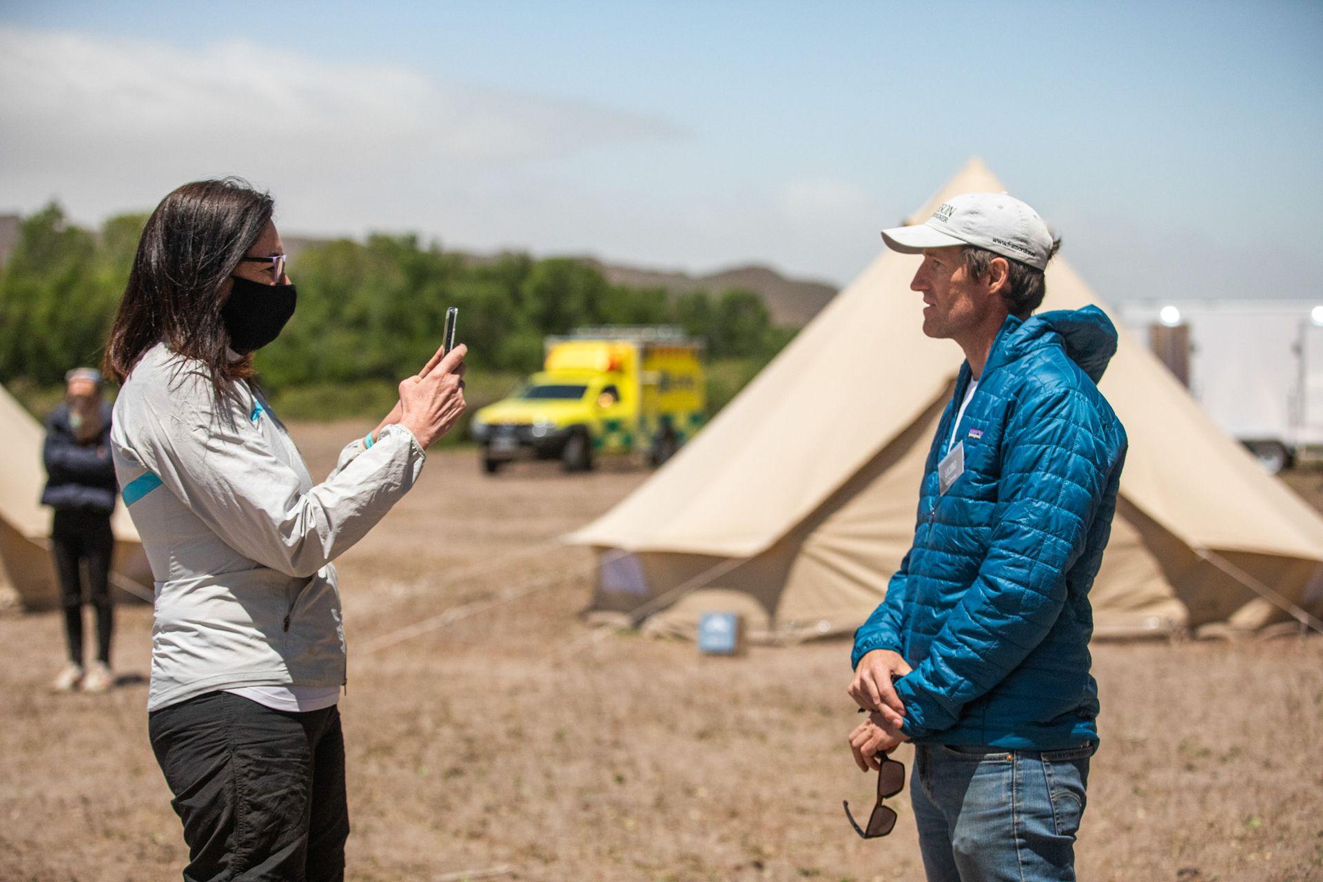 Cristina Mahne, enviada de LUGARES, entrevista a Luciano Frasson, organizador del glamping.