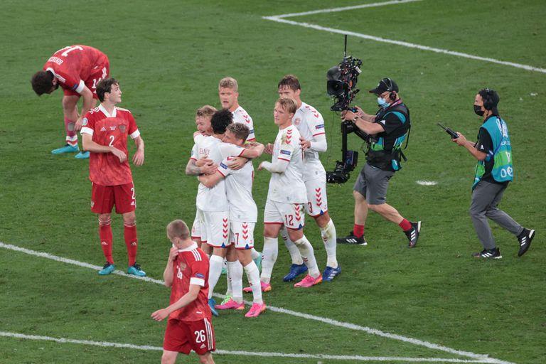 Los jugadores de Dinamarca celebran al final del partido de fútbol del Grupo B de la UEFA EURO 2020 entre Rusia y Dinamarca en el estadio Parken de Copenhague el 21 de junio de 2021.